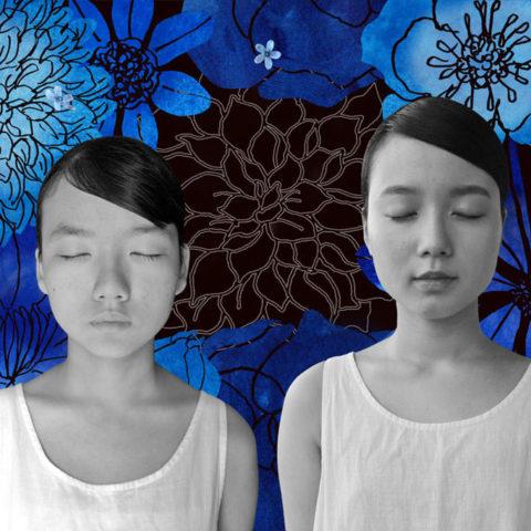テーマカラー『BLUE』。グループ展への出展。 写真のみでデザインしようと花の撮影に散歩に出るも、青い花というものが思いの外少ないことに気付き 絵での表現 へとシフトチェンジ。 別々に撮った姉妹の写真は 身長差や光の当たり具合などを見比べながらの制作となり、予定通りにはコトが運ばない・ 思い出深いものとなった。