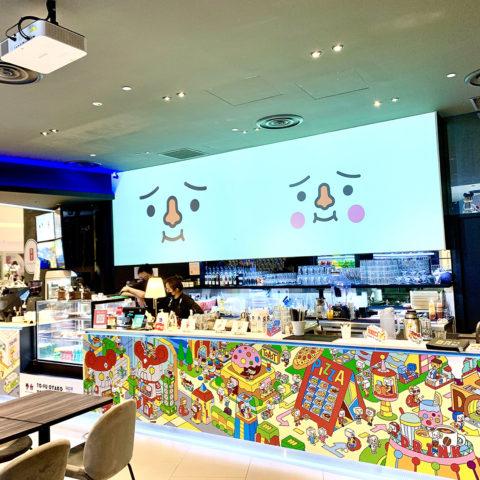 シンガポールのチャンギ空港内にある「ACTION CITY CAFE」で トーフ親子25周年を記念したコラボレーションを今年初めから現在も展開中。 オリジナルメニューやいろいろなトーフ達でカフェ内がデコレーションされています。