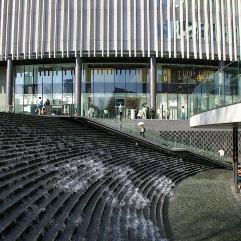 大阪駅北地区先行開発区域プロジェクト(現、グランフロント大阪)のランドスケープデザイン。 我々はこの地区を「都市の庭」と名付け、建築内部の「創造の道」やアルコーブなども含めて、大小様々な顔を持つ「にわ」が、都市風景の襞を造り、数珠状に広域にネットワークされていく未来を想い描いた。2004年の大阪市街づくり基本計画から約9年を経た2013年5月に竣工街開き。【前職時代の協働作品】